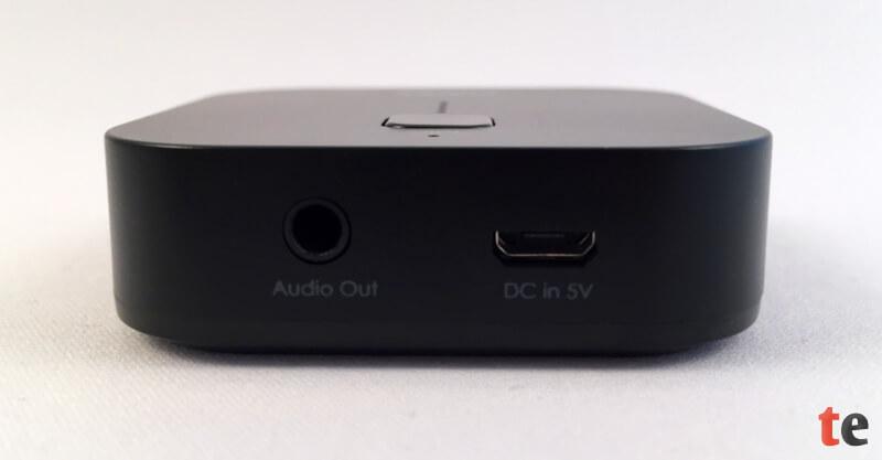 Der Aukey-Empfänger bietet nur wenig Anschlüsse: die empfangenen Audiosignale werden über eine 3,5 mm-Klinkenbuchse ausgegeben. Rechts daneben befindet sich ein Micro-USB-Anschluss, um den Adapter mit Strom zu versorgen und den integrierten Akku aufzuladen.
