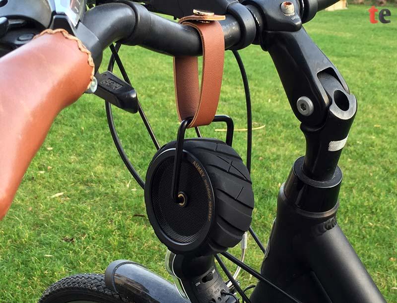 Der Outdoor-Lautsprecher lässt sich über die beiliegende Trageschlaufe an seinem Stahlriemen problemlos an einem Fahrrad oder einem Wanderrucksack befestigen.