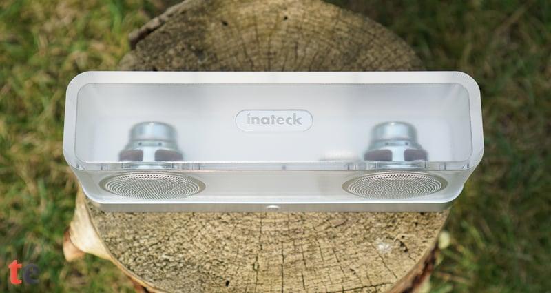 Die handliche Bluetooth-Box von Inateck bietet eine hohe Maximal-Lautstärke, mit der sich problemlos eine Wohnzimmer- oder Gartenparty beschallen lässt.