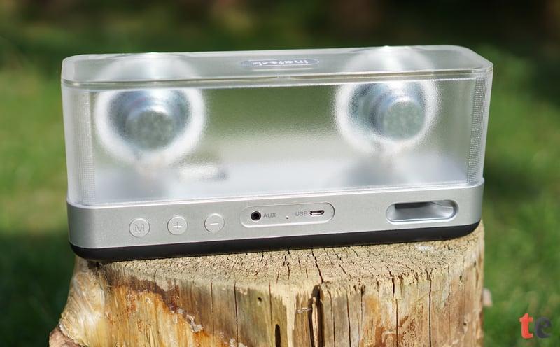 Die Verarbeitungsqualität des kabellosen Inateck Lautsprechers ist einem hohen Niveau. Das halbdurchsichtige Acrylglas ist mit etwa 6 Milimieter sehr solide ausgeführt.