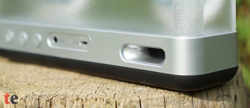 Der integrierte Luft-Strömungskanal ist eine Art Bassreflex-Öffnung und verläuft durch das Gehäuse bis auf die Rückseite. Dieser leitet den Schalldruck aus dem Korpus heraus und erzeugt so einen recht hohen Bass-Pegel.