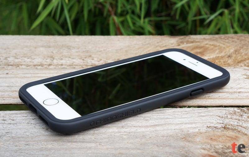 Der CrashGuard-Bumper von RhinoShield erweist sich als der ideale Schutz für die empfindlichen Kanten des iPhones. Das Case kann einen Aufprall aus bis zu 3 Metern Höhe abfedern und schützt zusätzlich das Display vor Kratzern durch eine umlaufende Erhöhung auf der Vorder- und Rückseite.