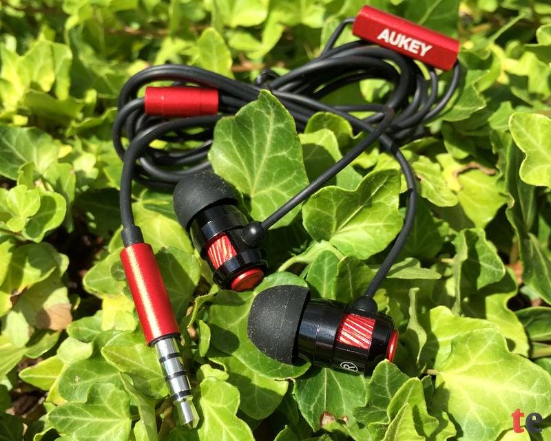 Der Hersteller liefert zu seinem Kopfhörer passende Silikon-Aufsätze, sogenannte Ear-Buds, in drei verschiedenen Größen mit, sodass die Hörer in jedem Ohr einen festen und angenehmen Sitz haben.