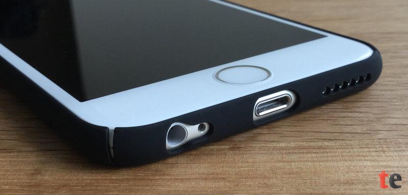 Die Öffnungen für den Lightning-Anschluss, die Kopfhörerbuchse und den Lautsprecher sind in der Turata-Hülle exakt ausgespart. Die kleinen Schlitze auf allen vier Seiten erleichtern die Montage des ansonsten sehr verwindungssteifen Cases.