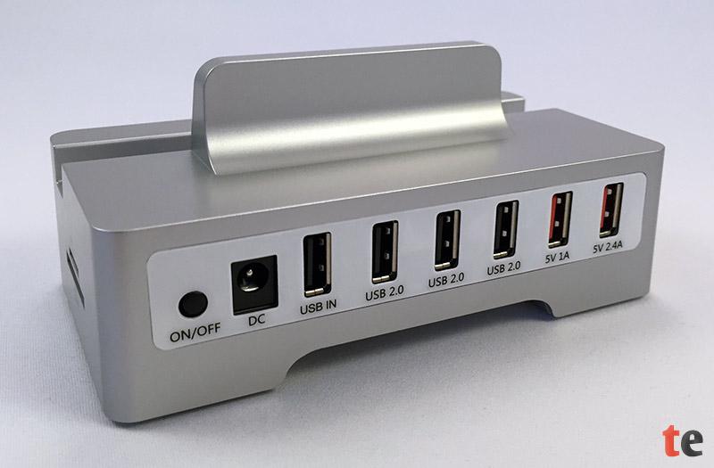 Der USB-Hub bietet sechs Buchsen: eine USB-Eingangsbuchse zur Verbindung mit dem PC, drei Buchsen mit der USB-Hub-Funktion, sowie zwei reine USB-Ladeports, mit 1- und 2,4-Ampere zum schnellen Aufladen eines Smartphones oder Tablets.