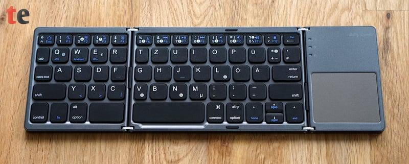 Die Tasten haben eine Breite von 14 Millimetern und entsprechen damit fast der Größe einer normalen Tastatur. Das TouchPad dient als praktischer Maus-Ersatz unter Windows, macOS und Android.