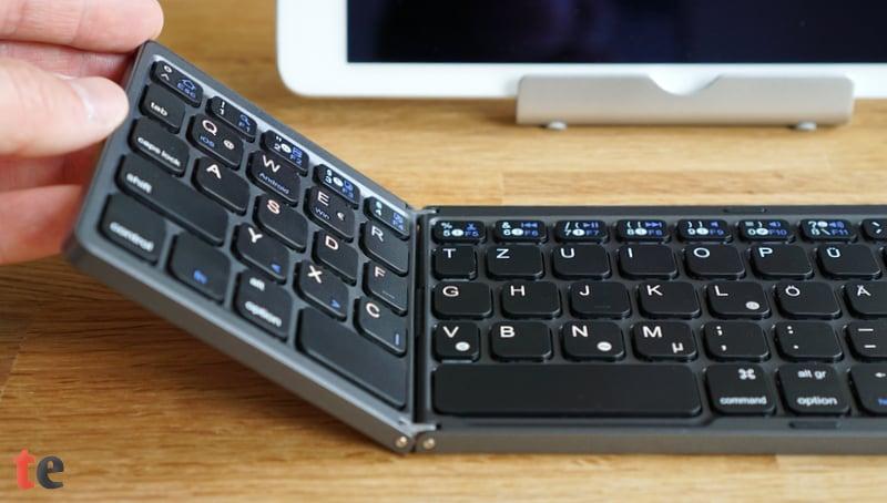Die faltbare Bluetooth-Tastatur von Jelly Comb ist das ideale All-In-One Keyboard mit integriertem TouchPad für unterwegs. Im Zusammenspiel mit einem Tablet lässt sich hiermit zügig und produktiv arbeiten.