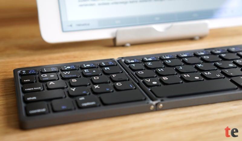 Dank des deutschen QWERTZ-Tastatur-Layouts ist im 10-Finger-System keine Umstellung notwendig. Lediglich die etwas dichtere Anordnung der Tasten benötigt eine gewisse Eingewöhnung.