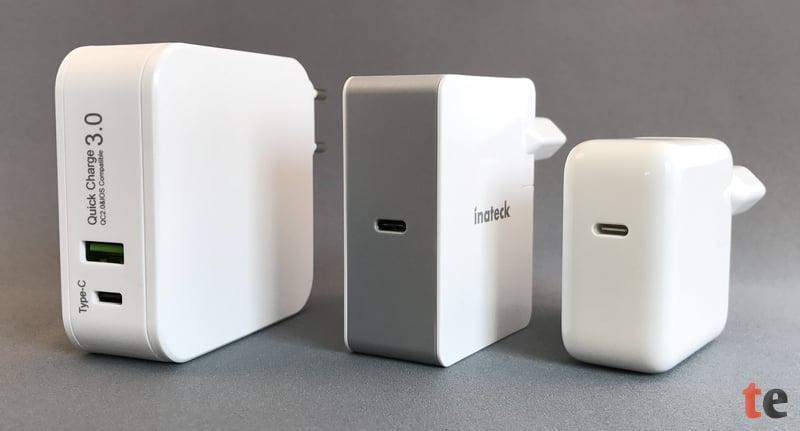 Im direkten Größen-Vergleich (von links): Lumsing USB-C Netzteil mit 29 Watt, Inateck USB-C Power Adapter mit 45 Watt und ein Apple Original-Netzstecker eines MacBook (12-Zoll, Early 2016) mit 29 Watt.