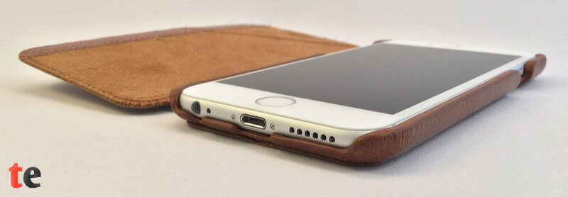 Die Aussparungen der Opis Schutzhülle lassen alle Anschlüsse des iPhones frei zugänglich, sodass auch mit geschlossener Frontklappe telefoniert oder das iPhone aufgeladen werden kann.