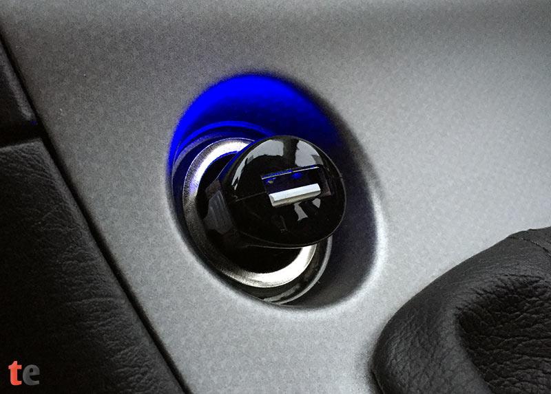 Ein kleiner LED-Streifen auf der Oberseite des xcessory Adapters leuchtet in dezentem Blau, sobald der USB-Adapter mit Strom versorgt wird. Diese Beleuchtung kann im Dunkeln dabei helfen, leichter die Buchse für das Lightning-Kabel zu finden.