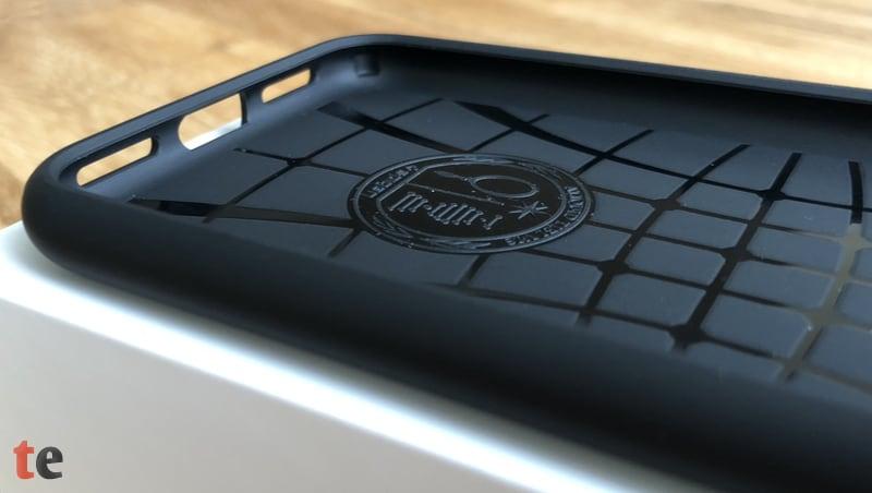 Die Spigen Liquid Air Hülle besteht aus einem schwarzen Soft-TPU-Material, welches äußerst unempfindlich, gut verarbeitet und recht lange haltbar ist. Dank der eingelassenen Luftpolster in den Kanten dürfte die Schutzhülle das iPhone X zudem vor einem größeren Schaden bewahren können.
