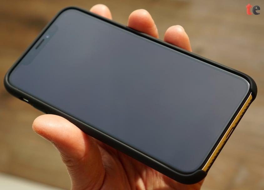 Die TORRAS Love Series Schutzhülle hat, ähnlich wie auch die Original-Hüllen von Apple, im unteren Bereich eine Aussparung, sodass die häufig genutzte Wisch-Geste von unten zur Display-Mitte hin nicht behindert wird.