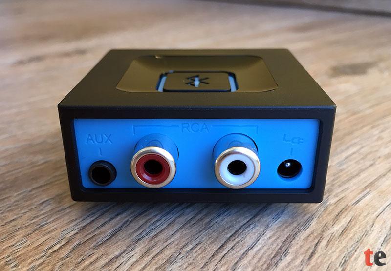 Die auf der Rückseite des Logitech Musikadapters befindlichen Audio Ausgänge (von links nach rechts): 3,5 mm Klinkenbuchse, zwei Cinch-Buchsen (linker und rechter Stereo-Kanal) sowie die Netzkabel-Buchse.