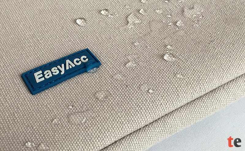 Die EasyAcc Sleeve Tasche ist außen gegen Spritzwasser geschützt und verhindert durch eine zusätzliche Neopren-Schicht eindringendes Wasser in die Innentasche.