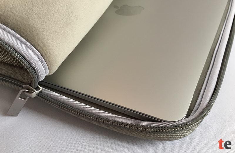 Die Passform der Inateck Tasche ist sehr gut auf das MacBook abgestimmt. Ein zusätzlich eingenähter Kantenschutz umschließt das Notebook komplett und soll auf diese Weise einen Sturz etwas abfedern.