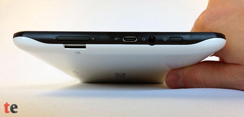 Die Schnittstellen und Knöpfe von rechts nach links: Ein-/Ausschalter, ein 3,5 mm Kopfhöreranschluss, eine Micro-USB-Buchse zum Aufladen und als USB-Host-Port zum Anschluss von USB-Hardware, eine Lautstärkewippe und ein microSD-Kartenslot für Karten bis 32 GB Größe.
