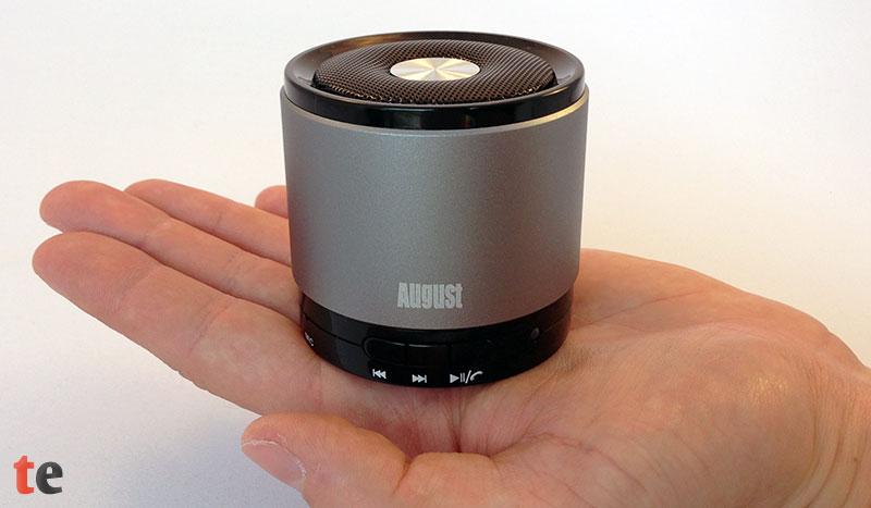 August MS425 Bluetooth Lautsprecher Größenvergleich auf der Hand