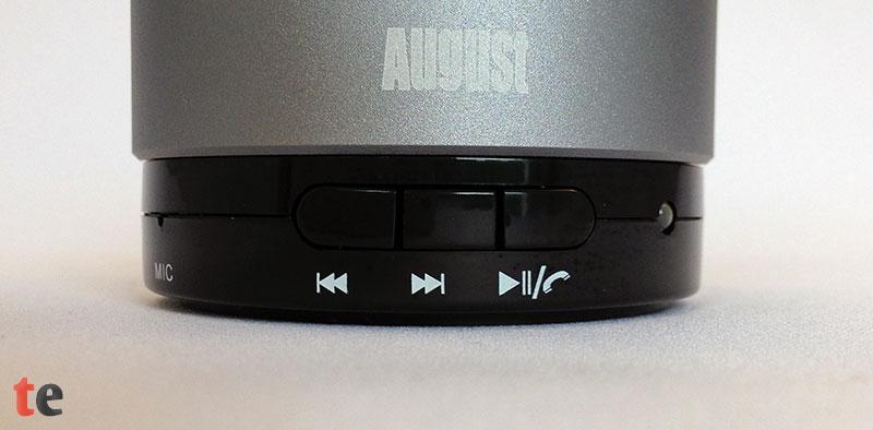 Die integrierten Tasten steuern über die Bluetooth-Verbindung die Musik. Play, Vor- und Rückwärts sowie die Gesprächsannahmetaste sind klein, bieten aber den großen Vorteil, dass das Handy in der Tasche bleiben kann.