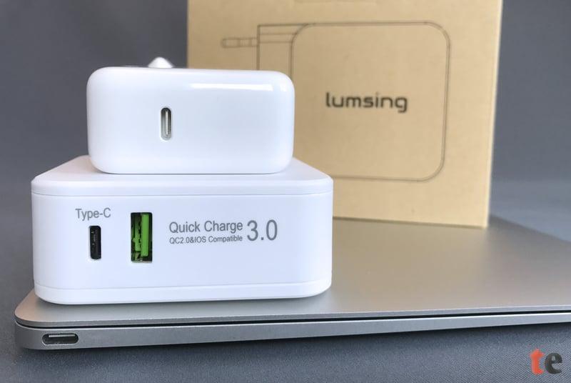 Im direkten Vergleich mit einem Apple USB-C Power Adapter (29 Watt) für ein MacBook Retina erscheint der Lumsing Netzstecker etwas groß. Allerdings bietet dieser auch eine zusätzliche USB-Ladebuchse.