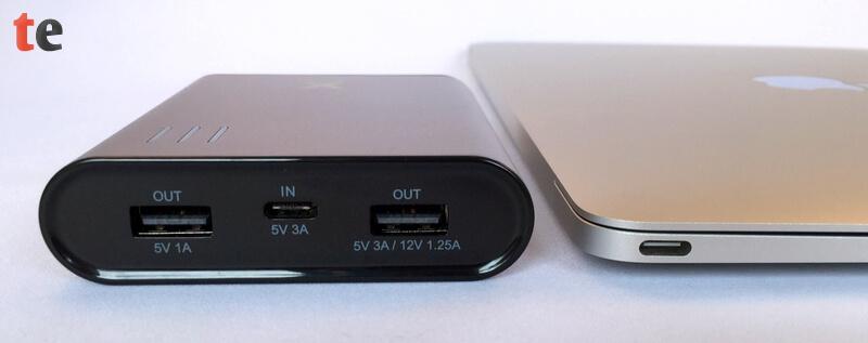 Im direkten Höhenvergleich mit einem Apple MacBook wird deutlich, wie kompakt die Powerbank von Xtorm tatsächlich gebaut ist.