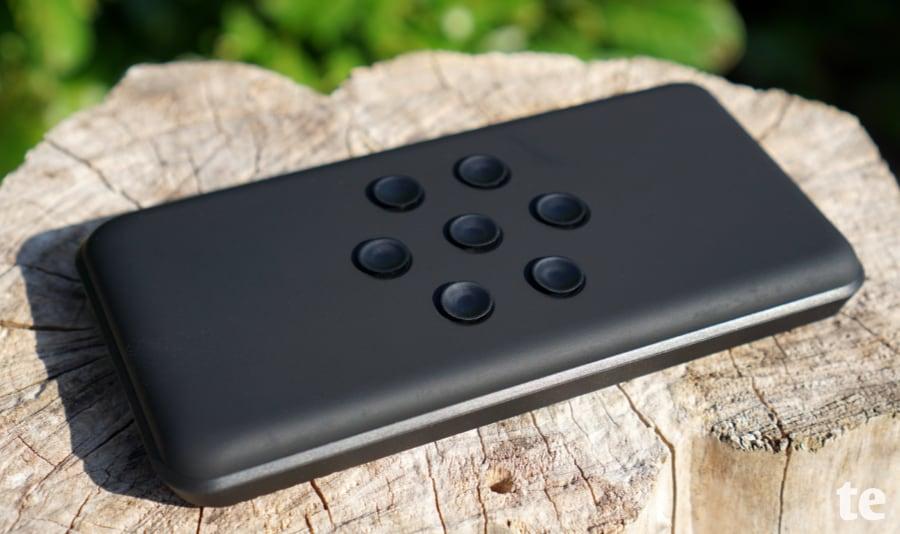 Saugknöpfe fixieren das Smartphone beim Ladevorgang auf der Powerbank