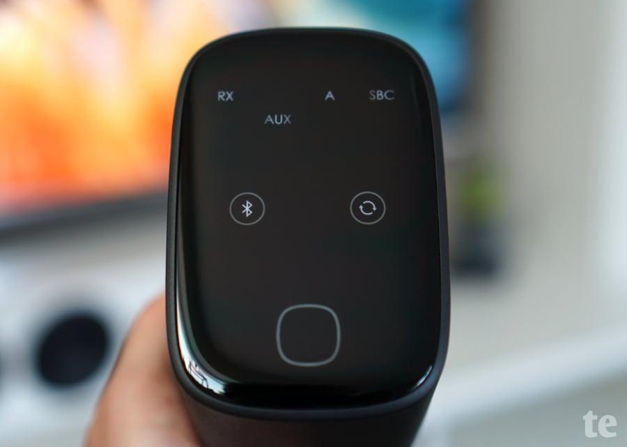 Touch-Bedienung und Info-Display des AUKEY BR-O8 Adapters
