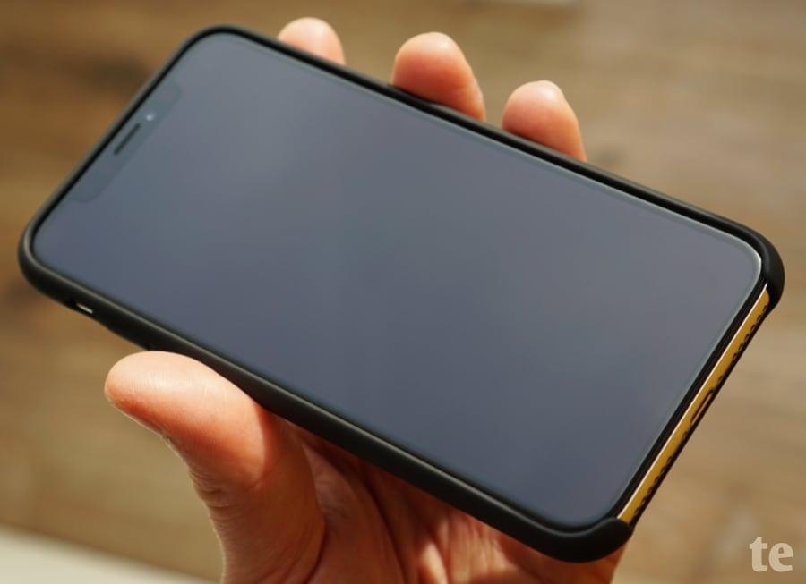TORRAS Soft-Touch Hülle: Aussparung im unteren Bereich des Displays